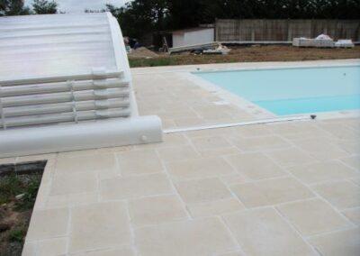 Dallage de bordure d'une piscine.